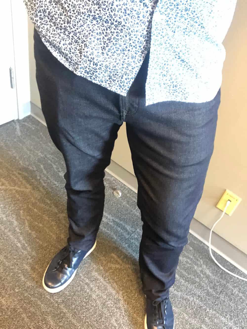 Shirt untucked Banana Republic mens jeans - dark blue Traveler jeans